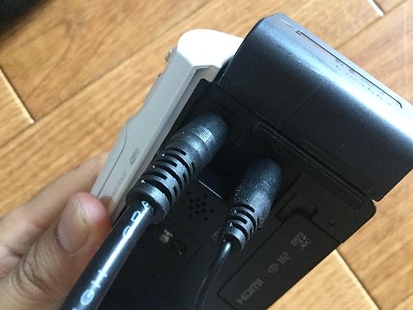 ビデオカメラにガンマイクとイヤホンを接続