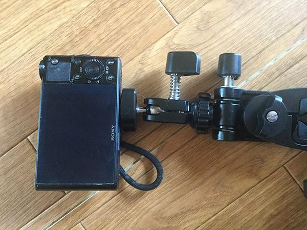 料理動画用フリープレートと三脚とマルチクランプポッドにカメラを接続