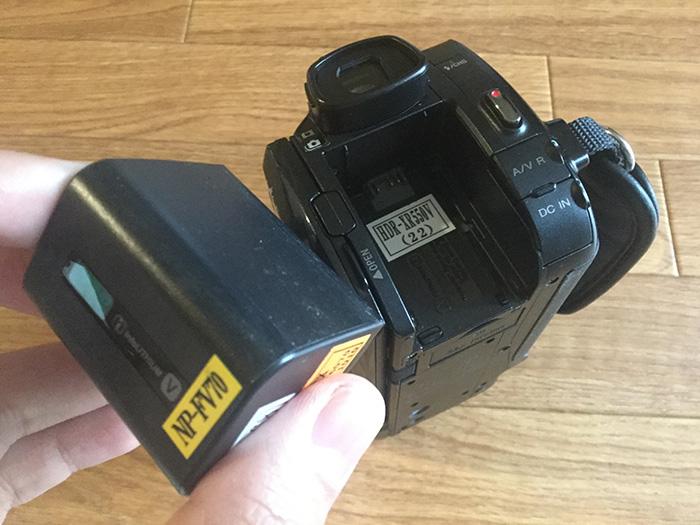 レンタルビデオカメラにバッテリーを装着