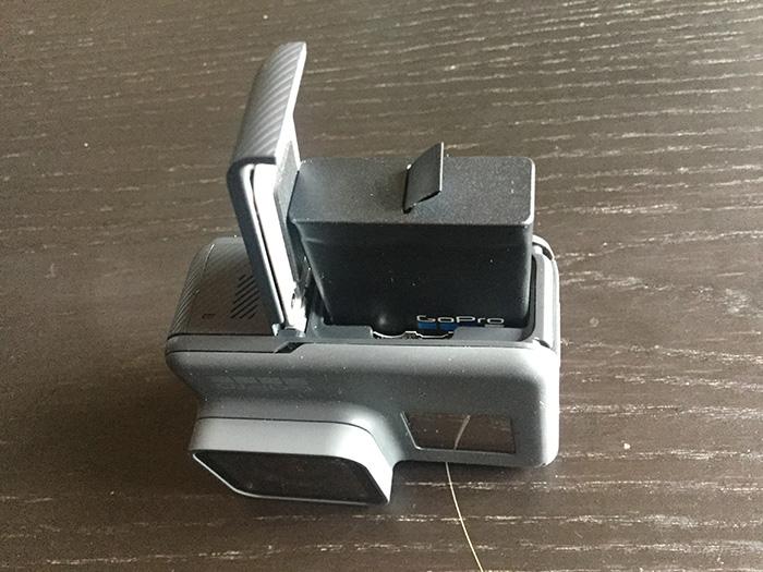 バッテリーの挿入方法 GoPro HERO5 アクション・ウェアラブルカメラ